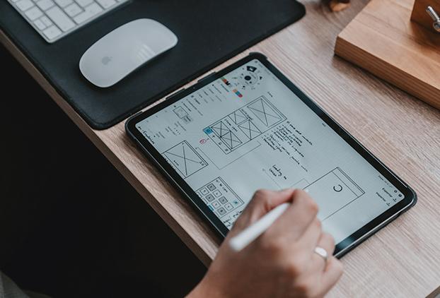 Tablet navegando por un sitio web con diseño ux/ui