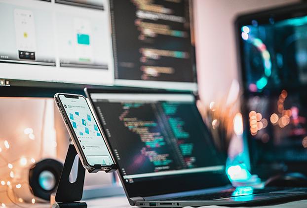 Uso de ordenador y móvil para trabajar